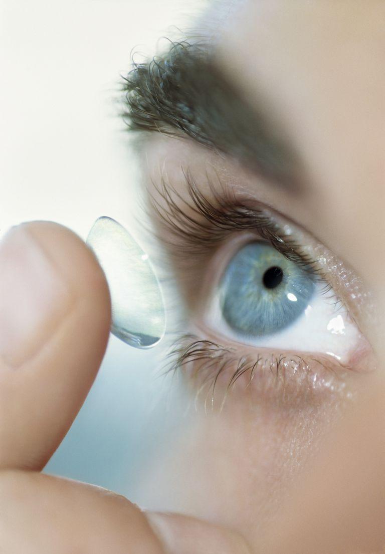 453c82289 Milióny ľudí si denne užívajú zdravé kontaktné šošovky. Avšak kontaktné  šošovky nie sú bez rizika. Môžu sa vyskytnúť ťažké, bolestivé očné infekcie  ...